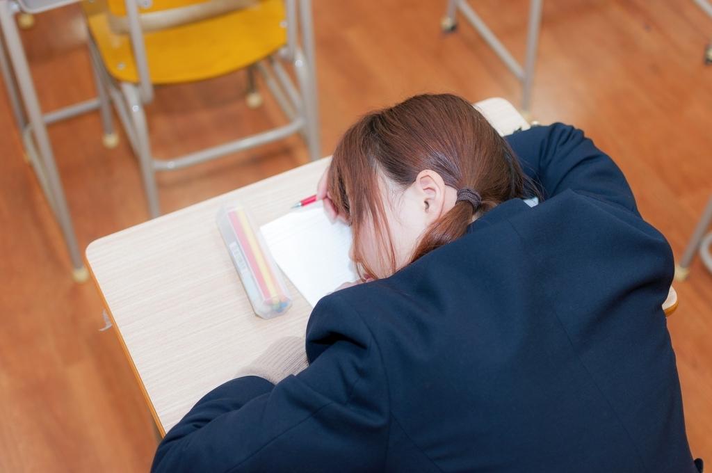 寝ちゃう生徒は起こすべきか
